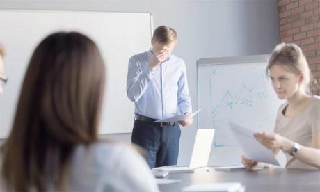 La peur de parler en public peut être liée à la situation comme c'est le cas pour un entretien d'embauche, un examen ou un concours oral.