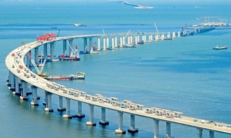 Les premiers passagers ont emprunté le pont maritime le plus long au monde