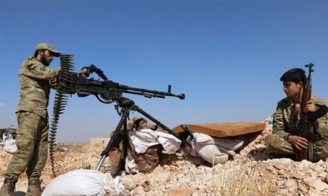 Des rebelles syriens face aux positions du régime dans la province d'Alep, proche de celle d'Idleb, à quelques jours de la date butoir pour une zone «démilitarisée», le 14 octobre2018.