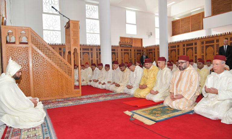 Sa Majesté le Roi, Amir Al Mouminine, accomplit la prière du vendredi à la mosquée Al Ridouane à Salé