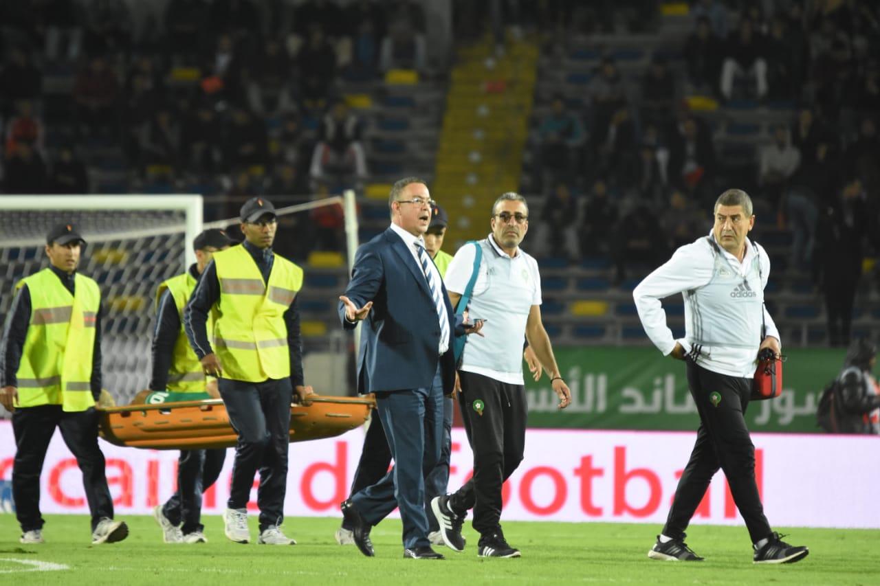 Sorti sur civière à la mi-temps du match Maroc-Cameroun, Younès Benlhanda souffre d'une blessure aux ischions jambiers. Ph. Seddik