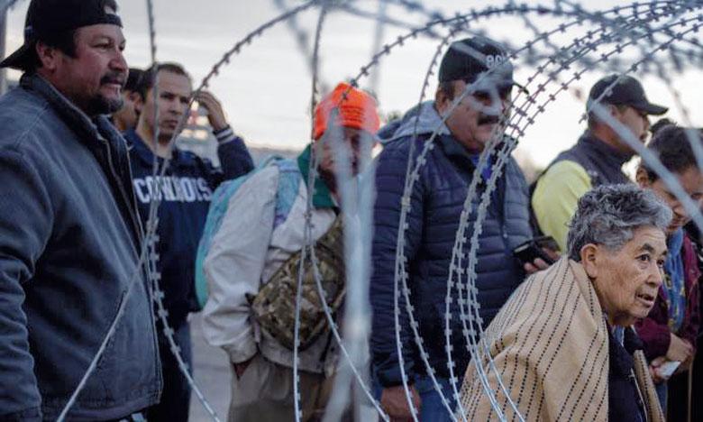 Après avoir franchi cette première barrière rouillée, les migrants ont finalement été repoussés par les forces de l'ordre américaines qui ont tiré des gaz lacrymogènes. Ph. Reuters