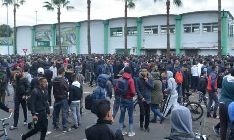 Les supporters assiègent le complexe Al Oasis à l'occasion du lancement de la billetterie