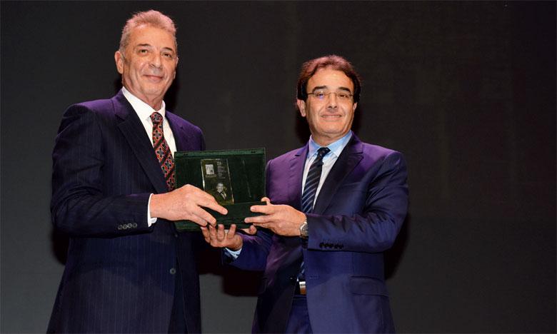 Mahmoud Hamida recevant le trophée des mains du ministre Abdelkrim Benatiq.Ph. Kartouch