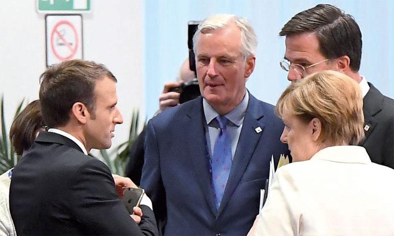 Le négociateur en chef de l'UE, Michel Barnier (au centre), a déclaré qu'un accord n'a pas encore été trouvé et que les intenses efforts de négociation se poursuivent. Ph. AFP