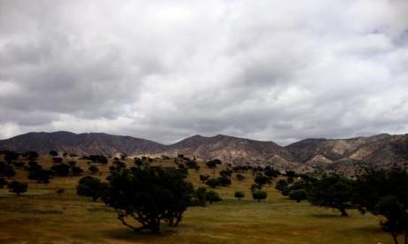 Ciel chargé avec pluies et averses