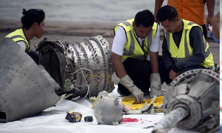 Des enquêteurs de Lion Air examinent, au nord de Jakarta, une partie du train d'atterrissage du Boeing qui s'est abîmé le 29 octobre au large de l'Indonésie. Ph : AFP