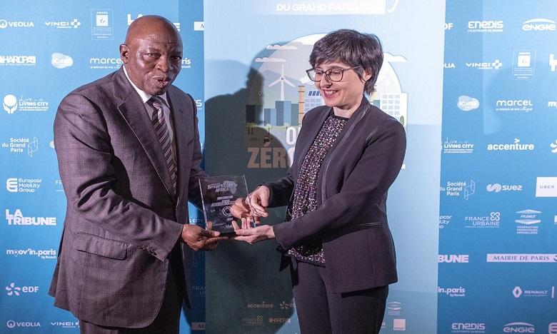 Nadia Fassi-Fehri, PDG de inwi, obtenant Le Grand Prix Smart City Africa par Docteur Issifou Kogui N'douro à l'hôtel de ville de Paris. Ph. DR
