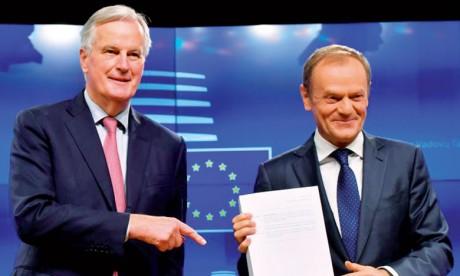 Le négociateur en chef de l'UE pour le Brexit, Michel Barnier (à gauche), remettant le projet d'accord sur le Brexit au président du Conseil européen, Donald Tusk.                                                                                                                   Ph. AFP