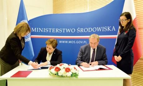 Le ministre polonais de l'Environnement, Henryk Kowalczyk, et la secrétaire exécutive de la Convention-Cadre des Nations unies sur le changement climatique, Patricia Espinosa, lors de la signature de l'Accord à Varsovie. Ph. ONU