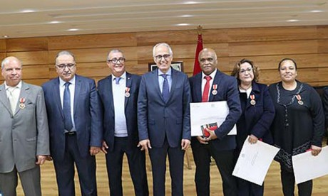 Remise de Wissams Royaux à des fonctionnaires du ministère de l'Aménagement du territoire, de l'urbanisme, de l'habitat et de la politique de la ville