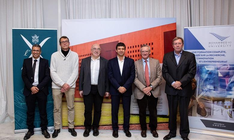 De droite à gauche, Frank Pacard, Directeur de l'enseignement et de la recherche à l'École polytechnique,  Jean-Bernard Lartigue, Délégué général de la Fondation de l'École polytechnique,  Hicham El Habti, SG de l'Université Mohammed VI Polytechnique,  Eric Moulines, Professeur à l'École Polytechnique, Nicolas Cheimanoff, Directeur de l'Ecole de Management Industriel de l'UM6P (EMINES) et  Ahmed Mahrou, Directeur du site de Jorf Lasfar de l'OCP.