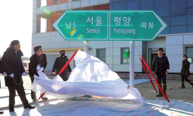 Un panneau indiquant les directions de Séoul et de Pyongyang dévoilé lors d'une cérémonie  d'inauguration des travaux de connexion des réseaux ferroviaires et routiers entre les deux Corées,  le 26 décembre 2018 à Kaesong, en Corée du Nord.                                                                                         Ph. AFP