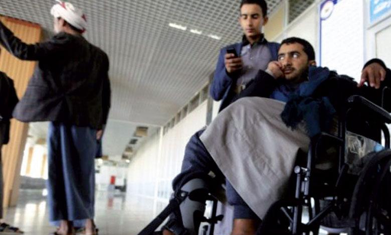 Des rebelles houthis blessés attendant à l'aéroport de Sanaa d'être évacués vers Oman.                                                                         Ph. AFP