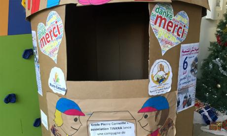 Un grand carton décoré par les enfants de l'école Pierre Corneille a été déposé à l'entrée de l'établissement dans le but d'accueillir les dons.