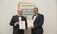 Youssef KHOUILI, Directeur de l'agence Paddington Attijariwafa bank à Londres, recevant les 2 trophées de M. Christopher Moore, PDG et éditeur du magazine EMEA Finance.