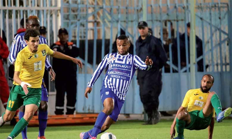 Les joueurs tangérois (en bleu) ont rendu une copie médiocre face à la JS Saoura.