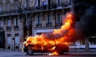 Une voiture en feu à Paris lors de la manifestation.  136.000 personnes avaient participé aux rassemblements «gilets jaunes» de samedi, soit un niveau de mobilisation semblable à celui du samedi précédent. Ph : DR