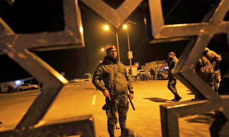 Un membre des forces fidèles au Hamas surveillant le poste-frontière entre la Bande de Gaza et l'Égypte, le 7 janvier 2019.