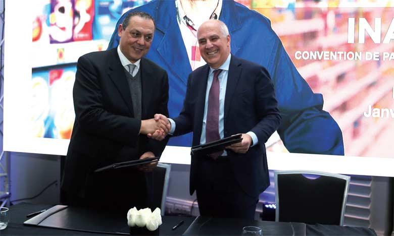 Signature du partenariat relatif au programme «Inaya» entre Chakib Seddiki, DG de Fromageries Bel Maroc (à gauche),  et Christophe Buso, DG de Saham Assurance Maroc.                                                                                                                                                Ph. Seddik