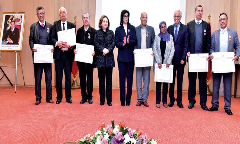 Le département de l'Habitat et de la politique de la ville rend hommage à ses fonctionnaires décorés de Wissams Royaux et ses retraités
