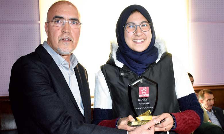 Fatima-Zahra Abou Fares recevant son prix de la part de Rachid Jami, chef du département sports  à la SNRT.                                                                                                                                                                         Ph. Saouri