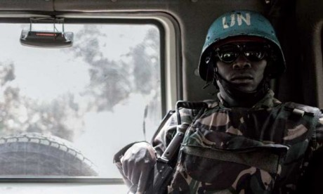 Des centaines de civils fuient après des combats dans l'Est