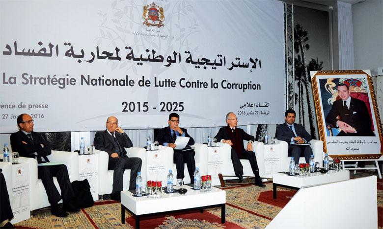 Mohamed Bachir Rachdi (à droite), nouveau président de l'Instance nationale de la probité, de la prévention et de la lutte contre la corruption, et Mohamed Ben Abdelkader, ministre délégué chargé de la Réforme de l'administration et de la fonction publique.
