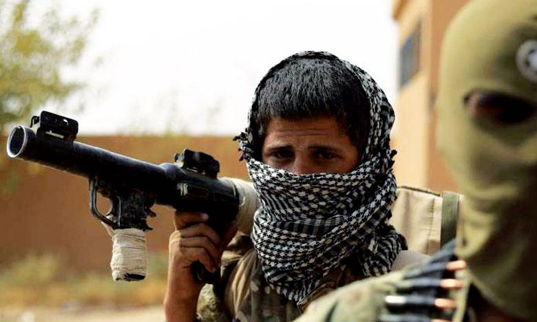 Des membres des Forces démocratiques syriennes, engagées dans la lutte contre les terroristes de Daech, près d'Al-Soussa, dans l'Est syrien.    Ph. AFP