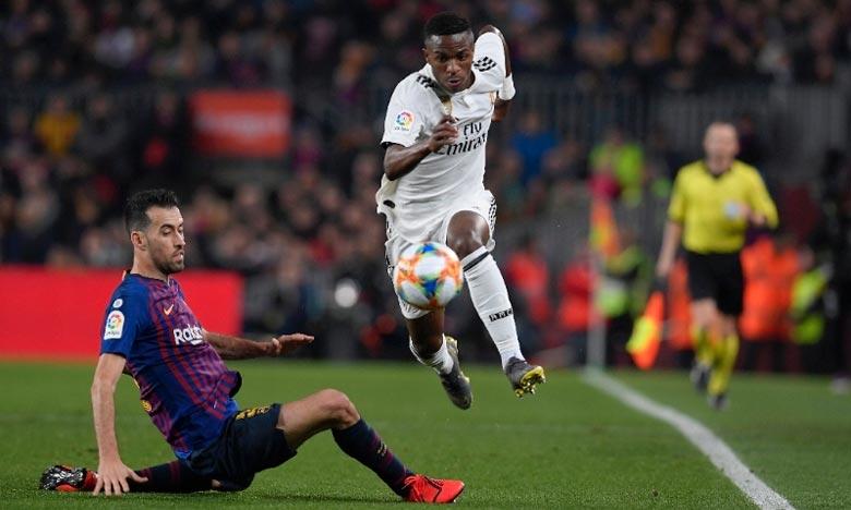 L'attaquant brésilien du Real Madrid Vinicius échappe à un tacle du milieu de terrain du FC Barcelone, Sergio Busquets, le 6 février 2019 au Camp Nou. Ph : AFP