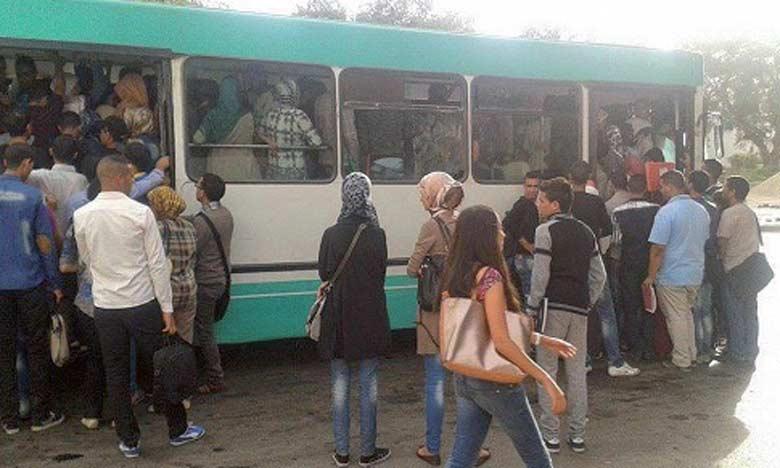 Quand l'un de ces bus vieillissants daigne s'arrêter, tout le monde s'agrippe aux portières dans l'espoir de trouver une place à l'intérieur.