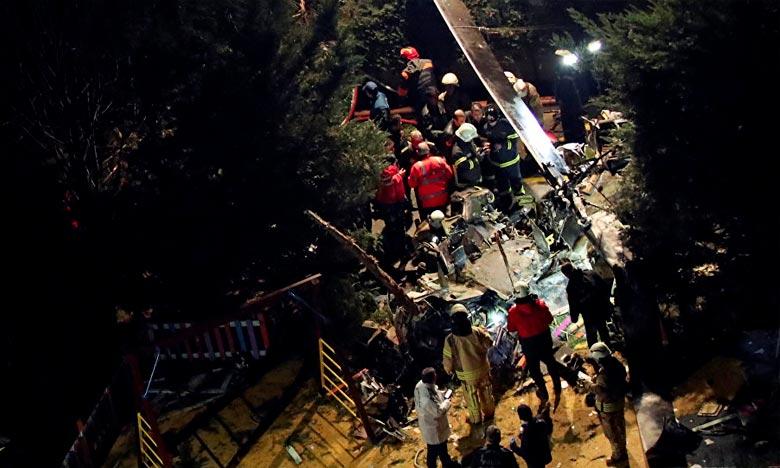 L'hélicoptère militaire est tombé en effectuant un atterrissage forcé dans un complexe résidentiel à Cekmeköy, dans l'est d'Istanbul.. Ph : DR