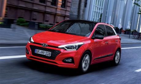 La face avant de l'i20 restylée intègre désormais la calandre en cascade, l'un  des nouveaux éléments identitaires de la gamme Hyundai.