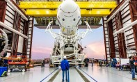Une fusée Falcon 9 de SpaceX portant la nouvelle capsule Crew Dragon quitte son hangar au Kennedy Space Center, en Floride. Ph : AFP