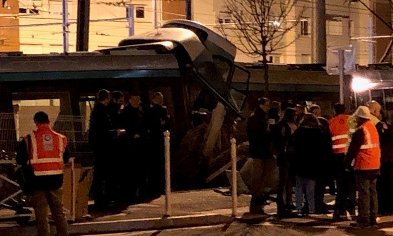 Les blessés, dont font partie les deux conducteurs, ont été évacués vers les hôpitaux à proximité du lieu de l'accident pendant qu'une enquête a été ouverte. Ph : AFP