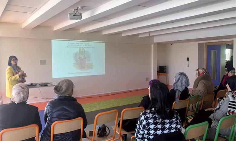 Faouzia Messaoudi, docteure en technologies éducatives, Master coach et formatrice en discipline positive, lors de la conférence sur la parentalité positive.
