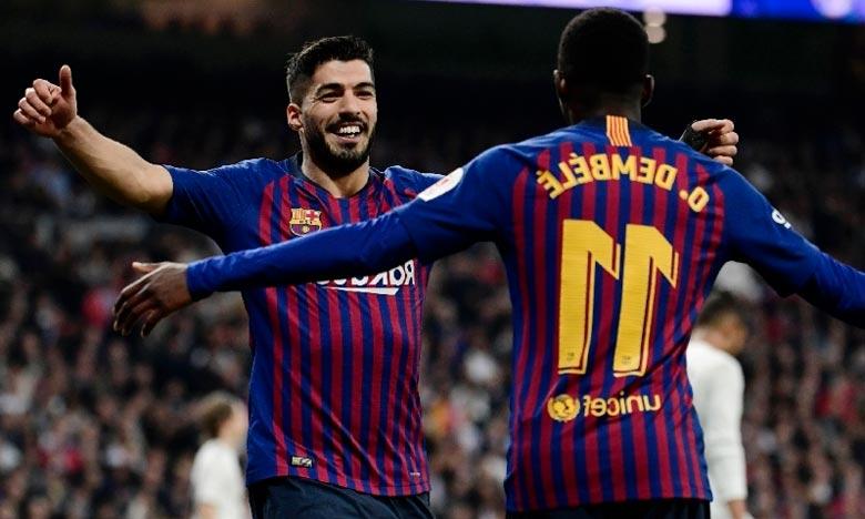 L'attaquant du FC Barcelone Luis Suarez, buteur contre le Real Madrid, remercie son passeur Ousmane Dembélé, en demi-finale retour de Coupe de Roi, au stade Bernabeu. .une finale Ph : AFP