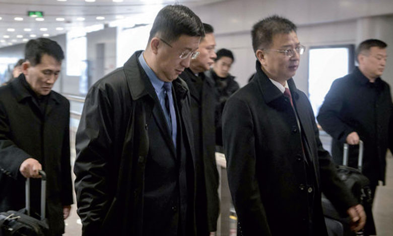 Kim Hyok Chol, l'émissaire nord-coréen pour les États-Unis (au centre), arrivant à l'aéroport  international de Pékin, le 19 février201.          Ph. AFP