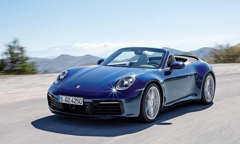 Le nouveau modèle arbore les mêmes lignes modernes que le Coupé, tout en conservant les codes stylistiques d'une 911 Cabriolet.