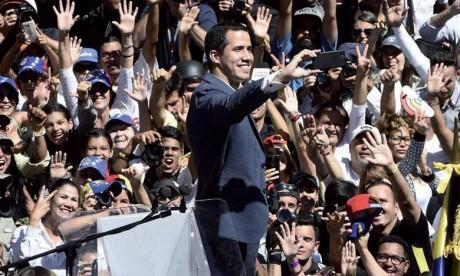 Le Président autoproclamé Guaido défie Maduro et annonce l'entrée de l'aide humanitaire le 23 février