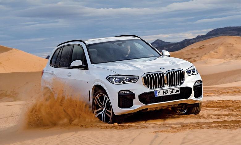Le nouveau BMW X5 est orné à l'avant des grilles de calandre emblématiques de BMW avec un cerclage d'un seul tenant.