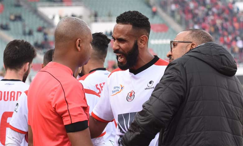 Le capitaine Mehdi El Bassil exprimant son mécontentement face à l'artibre du match FUS-WAC. Ph. Saouri