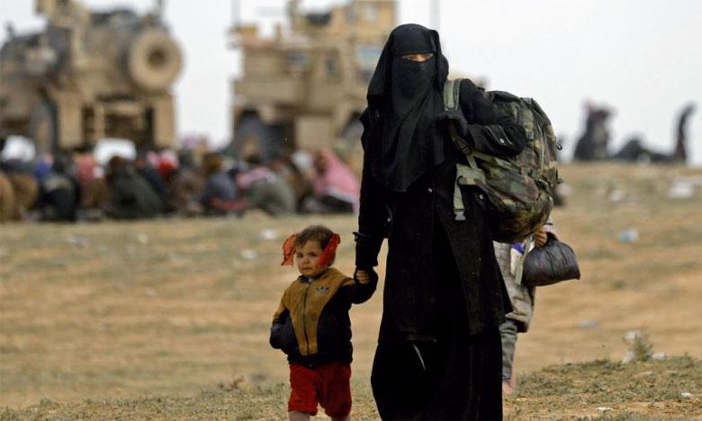 Après des semaines de privation dans le réduit jihadiste, les évacués débarquent affamés à une position des Forces démocratiques syriennes, près de Baghouz en Syrie.                                                                                                                                                                        Ph. AFP