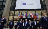 Le président de la Commission européenne, Jean-Claude Juncker (à droite) et le président du Conseil européen, Donald Tusk (à gauche), se rendent dans la salle de conférence de presse après la fin de la première journée du sommet européen du 21 mars 2019, à Bruxelles.  Ph. AFP