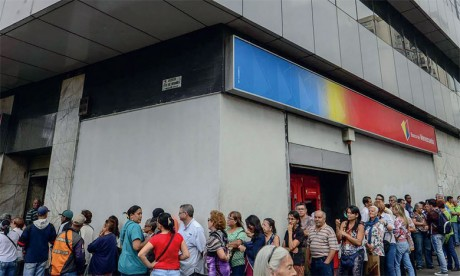 Avec la pire crise économique qu'a jamais subie le pays, les Vénézuéliens comptent surtout sur les devises envoyées de l'extérieur par leurs proches exilés dont le nombre est évalué à 3,4 millions par le HCR.  Ph. AFP