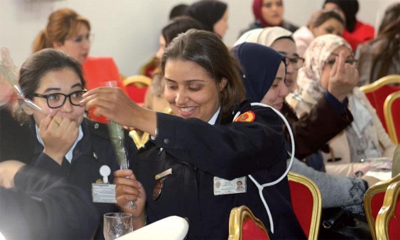 La célébration par la DGSN de la Journée internationale des droits des femmes s'est clôturée par  la distribution de roses aux femmes policières.