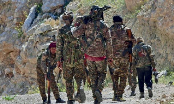 Des combattants kurdes ratissant le camp jihadiste de Baghouz.    Ph. AFP