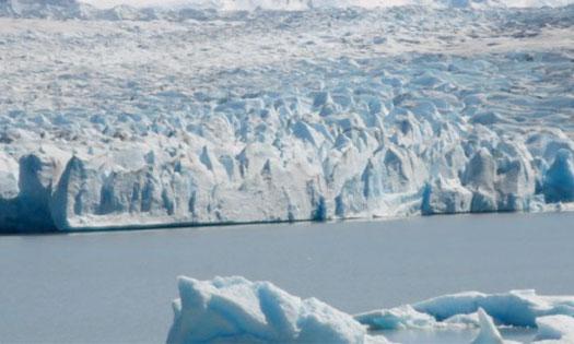 Deux icebergs se détachent d'un glacier géant au Chili