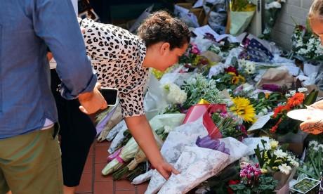 Des dizaines de participants ont porté des fleurs et des bougies à la mémoire des fidèles lâchement tués. Ph : AFP