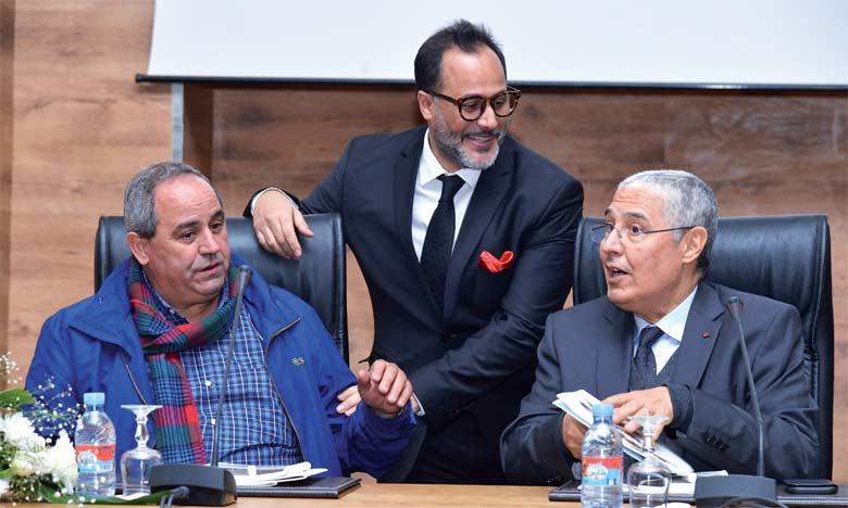Mohamed El Kettani, président-directeur général du groupe Attijariwafa bank (à droite), Abdelhak Najib, journaliste et écrivain (au centre), et Azzedine El Midaoui, président de l'Université d'Ibn Tofaïl de Kénitra.